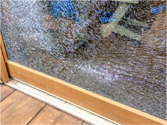 草刈り作業中の不慮によるガラスの被害